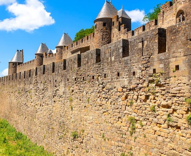중세 돌 요새 벽 볼 수 있습니다. 프랑스
