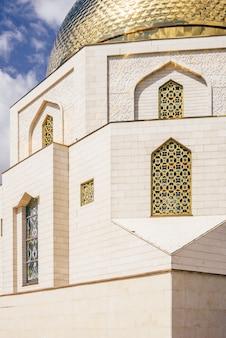 Памятный знак, посвященный принятию ислама булгарами в 922 году. часть постройки.