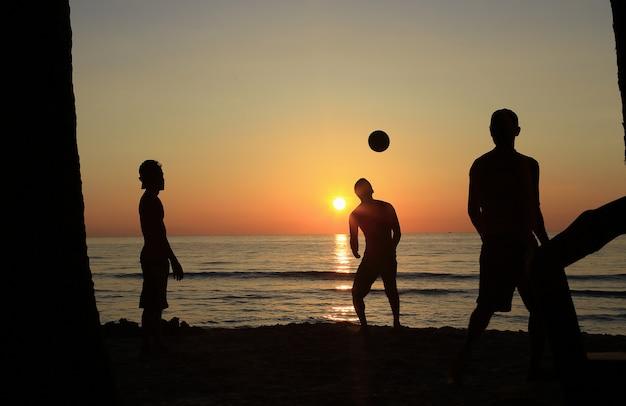 男子サッカーチーム、ビーチでサッカーをするリハーサル