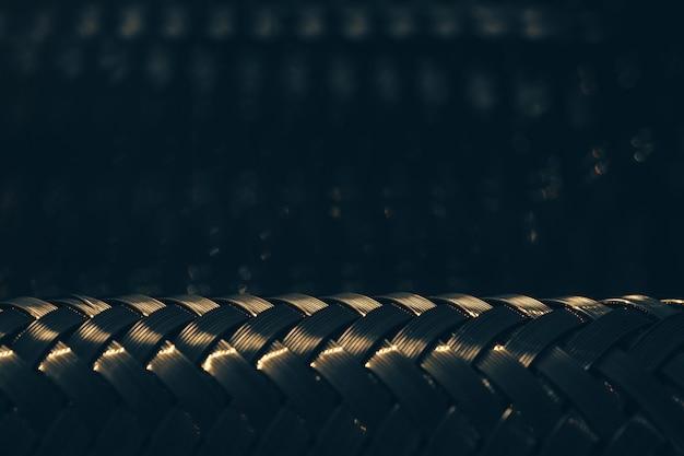 Металлический плетеный фон отражается в зеркале. стальная текстура. шаблон.