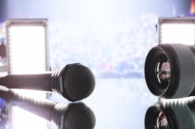 Микрофон на сцене перед залом. выступление на сцене. стойка для выступлений.
