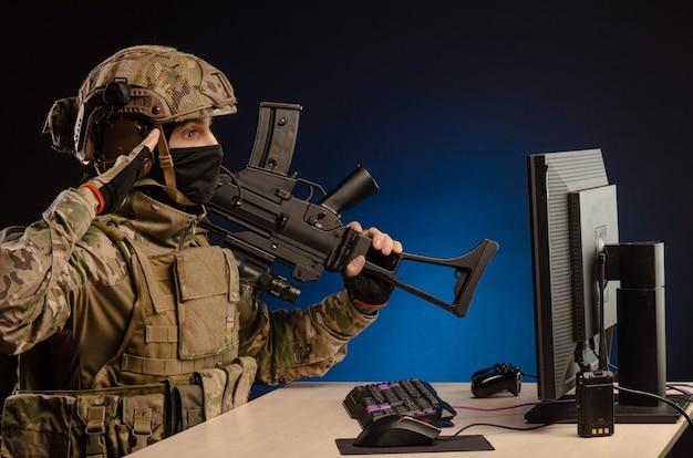 컴퓨터에 앉아 제복을 입은 군대는 사이버 전쟁을 수행