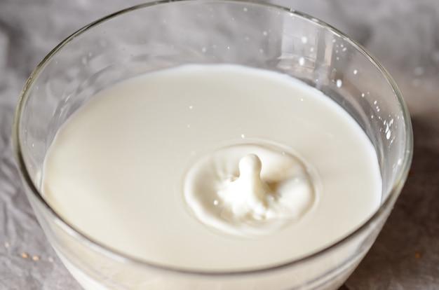 ミルクはガラス皿に注がれます。