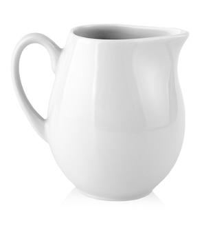 白い背景の上の牛乳のためのミルクジャグ。コピースペース