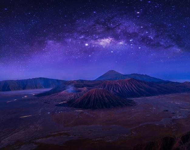 Млечный путь над горой бромо.