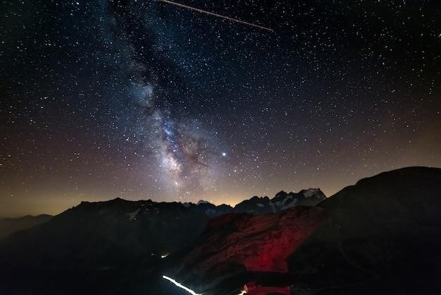 Млечный путь и звездное небо в альпах, массив экрен, горнолыжный курорт бриансон-серр-шевалье, франция.