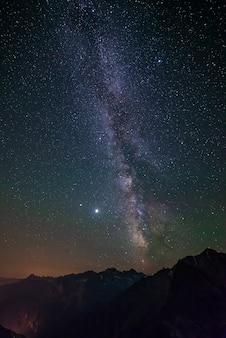 Галактика млечный путь и звезды на ночном небе