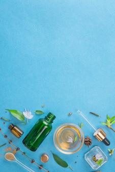 最小限のスタイル。自然なスキンケア、化粧品。エコ。パステルカラーのピペットと緑色のガラスボトル。フラットレイ