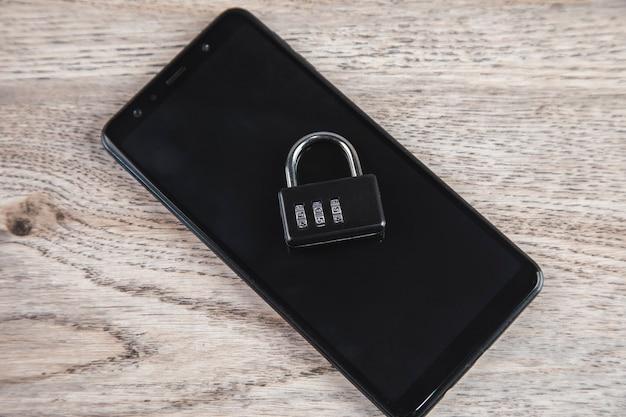 モバイルセキュリティ。スマートフォンのデータ盗難の概念