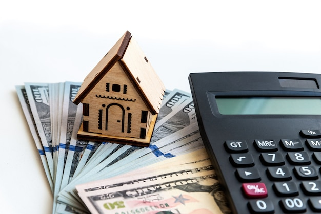 家のモデルはお金の上に立っています。住宅を購入するための貯蓄金、住宅ローン、不動産投資を計画し、住宅購入のために貯蓄します。