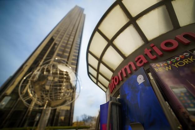 Современная архитектура города нью-йорка в сша в columbus circle с небоскребами и знаменитым земным шаром на закате.