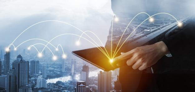 현대적인 창의적인 커뮤니케이션과 인터넷 네트워크는 스마트 시티에서 연결됩니다.