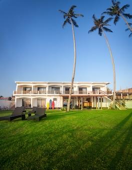 멋진 열대 자연에 둘러싸인 지중해 스타일의 현대적인 호텔 건물입니다. 스리랑카의 남해안 코갈라 마을은 서핑으로 유명한 곳입니다.