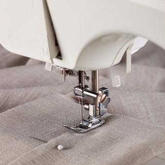 Современная швейная машина и предмет одежды. процесс шитья.