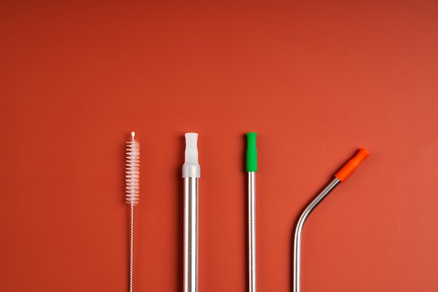 Современная тенденция заботы об окружающей среде. самостоятельный набор многоразовых металлических соломинок для напитков различного диаметра и формы с чистящим инструментом и силиконовыми колпачками.