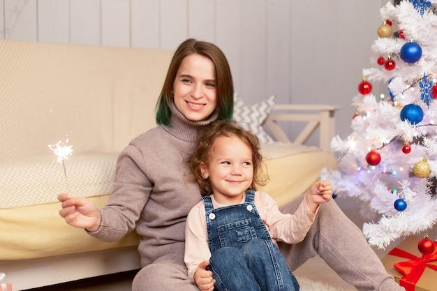 엄마와 딸은 크리스마스에 재미를