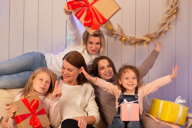 엄마와 아이들이 함께 크리스마스를 축하합니다