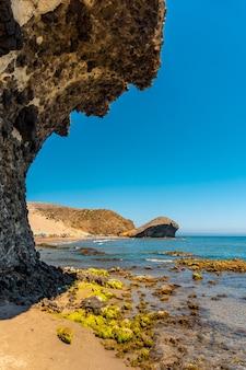 알 메리아 산호세시에서 용암이 침식되어 형성된 카보 데 가타 자연 공원의 몬술 해변