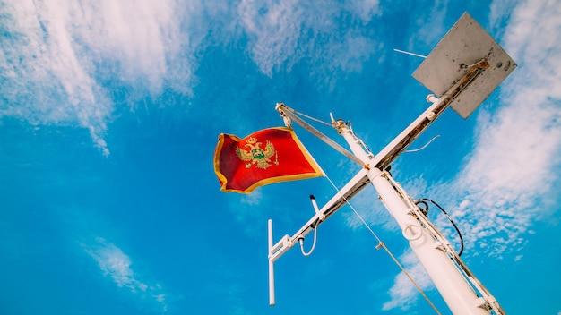 배의 돛대에 바람에 몬테네그로 국기