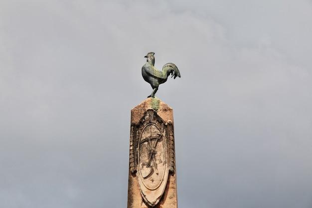 Памятник на набережной малекон в каско вьехо, панама, центральная америка
