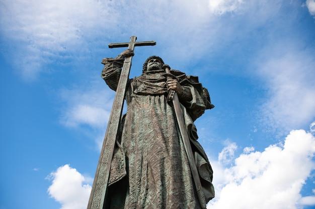 青い背景の上のウラジミール王子の記念碑