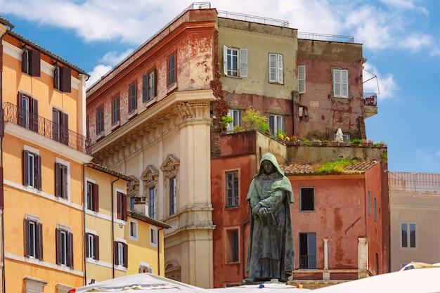イタリア、ローマのカンポデフィオーリ広場の中心にある哲学者ジョルダーノブルーノの記念碑。