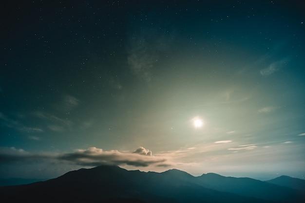 아름다운 산 풍경 위의 달빛