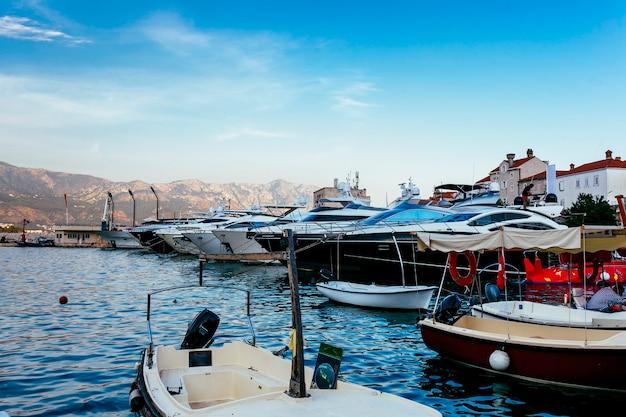 Причаленные яхты стоят на якоре