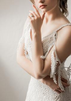 ホテルの長い豪華なドレスを着た花嫁の朝の料金