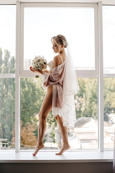 花嫁の朝、花の花束を手にした女の子