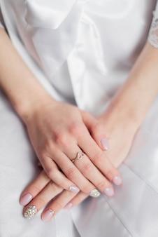花嫁の朝。花嫁の手にある結婚指輪。