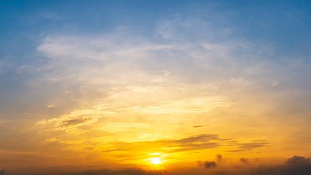朝日と青い空と金色の雲