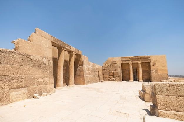 Заупокойный храм хуфу в комплексе пирамид в гизе, на заднем плане видна часть пирамиды хуфу, гиза, великий каир, египет