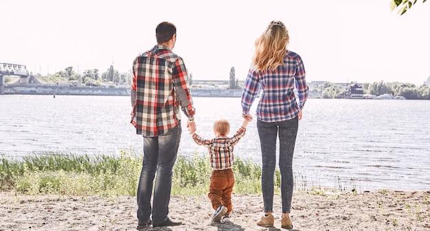 Самое главное в мире - это семья и любовь к родителям, стоящим со своими