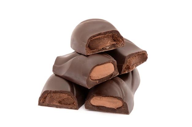 고립 된 흰색 표면에 고립 된 가장 맛있는 초콜릿 프리미엄 사진