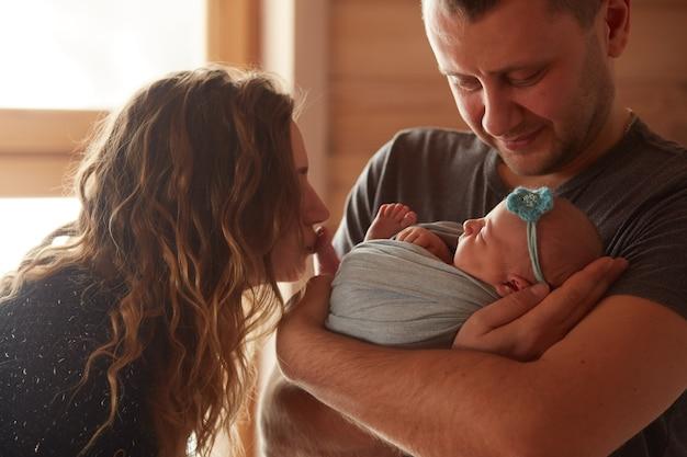 娘を抱く母親と父親