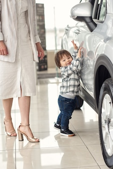 어머니는 작은 아들을 태우는 데 편리한 차를 선택합니다.