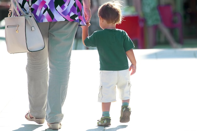 어머니는 거리에서 아기의 손입니다. 도시 생활에서의 가족 관계