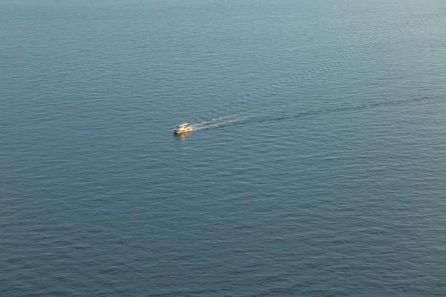 모터보트는 푸른 바다, 꼭대기에서 항해합니다.