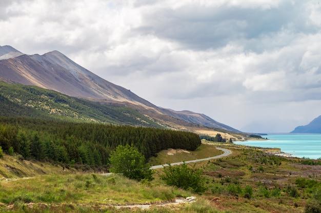 Горные берега озера пукаки в новой зеландии