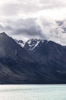 Гористая местность возле острова квинстаун-саунд, новая зеландия