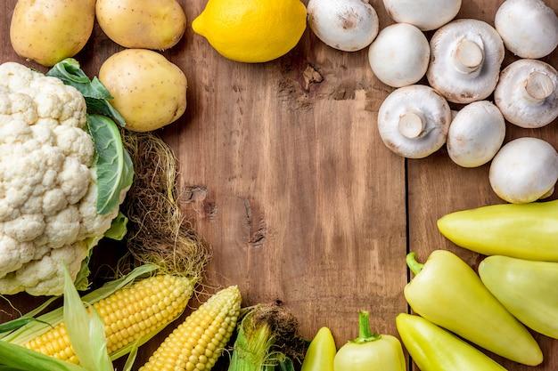 木製のテーブル背景に色とりどりの野菜