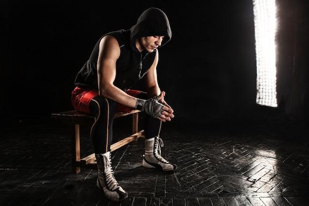 座っていると黒の上で休んで筋肉ボクサー