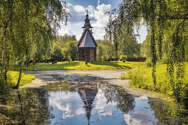 オープンスカイの下にある木造建築博物館コストロマスロボダドミトリエフスカヤ教会17世紀コストロマロシア