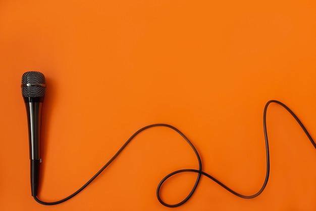 オレンジ色の表面のミュージカルマイクラフォン