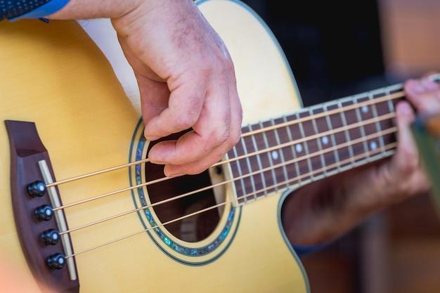 ミュージシャンがギターを弾きます。コンサートポピュラー音楽_
