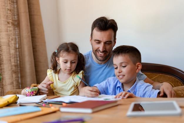 유모 남자는 아이들에게 쓰기를 가르치고 학교에 갈 준비를 하고 성공을 기뻐하며 학습 과정을 모니터링합니다.