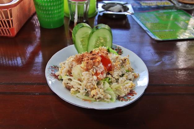 Национальная еда в кафе на острове ява, индонезия.