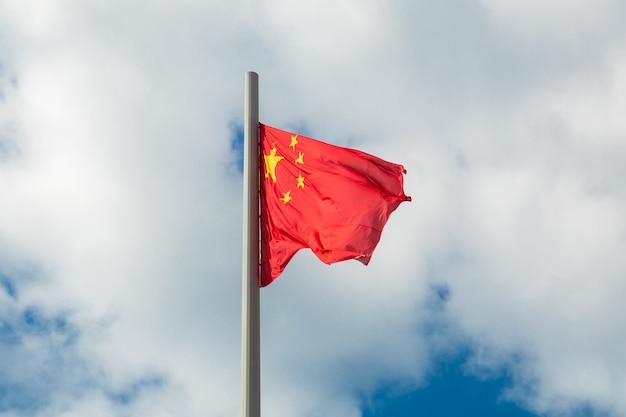 흐린 하늘을 흔들며 중국의 국기