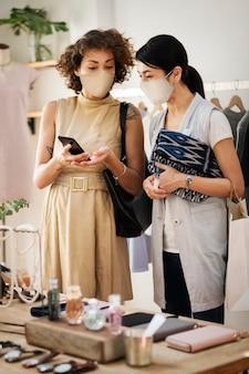 新しい通常、マスクを着用して買い物をする人々 コロナウイルスのパンデミック 無料写真